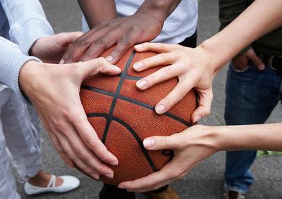 Hände auf einem Basketball